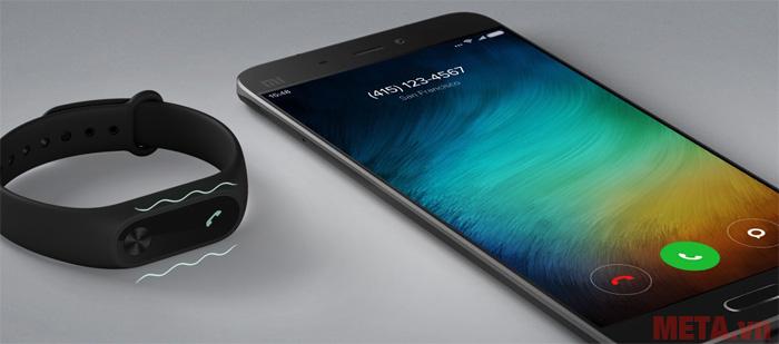 Xiaomi MI 2 có khả năng nhận cuộc gọi và thông báo từ mạng xã hội