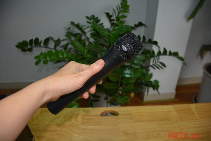 SoundMax D-1000 được đi kèm micro không dây