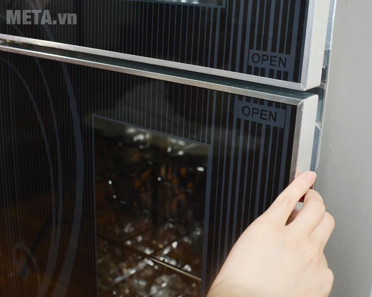 Cánh cửa tủ sấy dễ dàng đóng mở