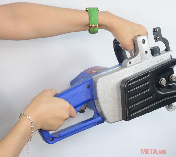 Máy cưa xích Hyundai HCX405 có tay cầm chắc chắn, tiện dụng