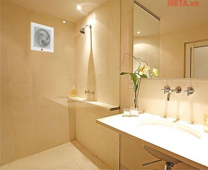 Lắp quạt thông gió cả trong phòng tắm.