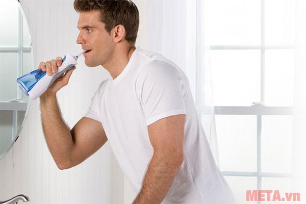 Máy tăm nước dùng pin dễ dàng sử dụng