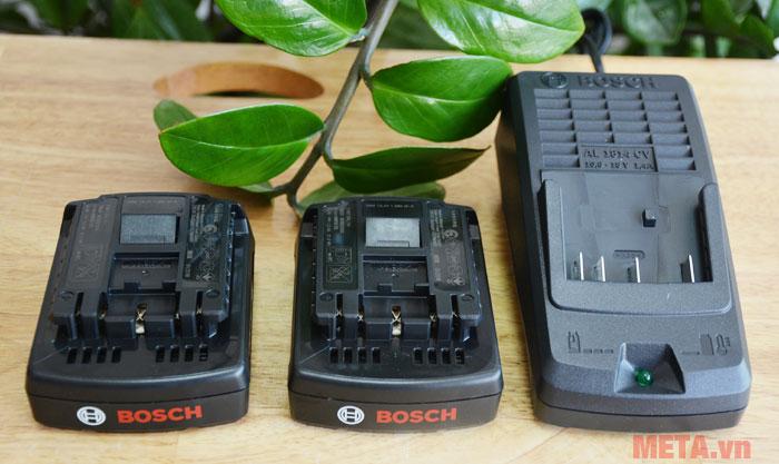 Mỗi máy được đi kèm 2 cục pin và 1 adapter