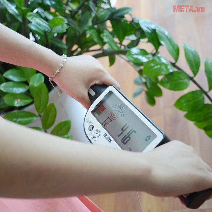 Đứng thẳng và cầm tay đúng điện cực khi cân