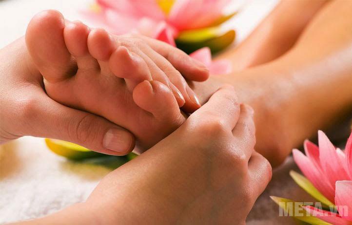 Massage đôi bàn chân