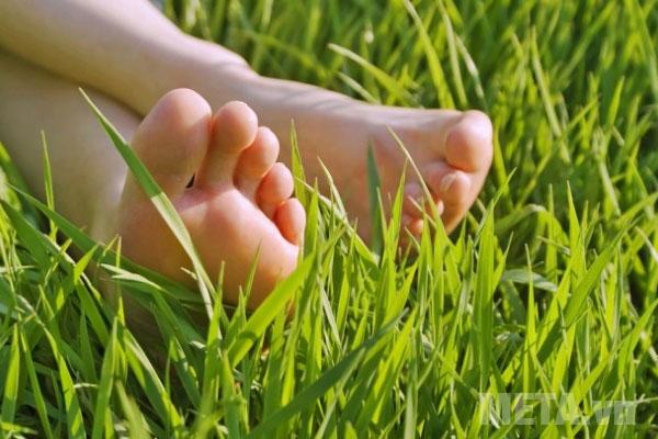 Tắm nắng cho đôi bàn chân