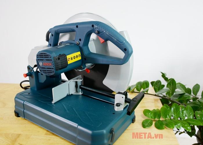 Máy cắt hoạt động với công suất 2000W mạnh mẽ