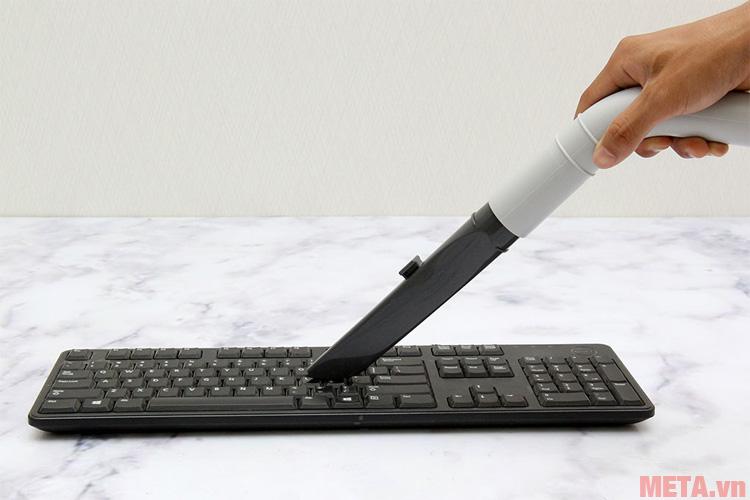 Bạn có thể dùng đầu hút khe hở để hút bụi bàn phím máy tính