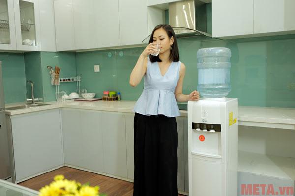 Hình ảnh sử dụng cây nước nóng lạnh FujiE WD1800E