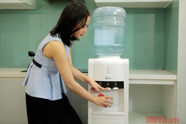 Cây nước thiết kế cao giúp người dùng dễ dàng lấy nước
