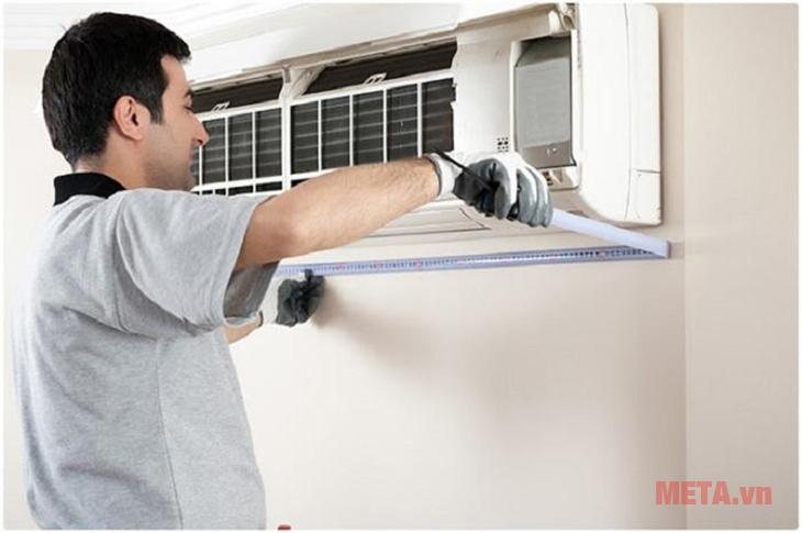 Cần tháo tấm lọc bụi ở dàn lạnh ra để vệ sinh