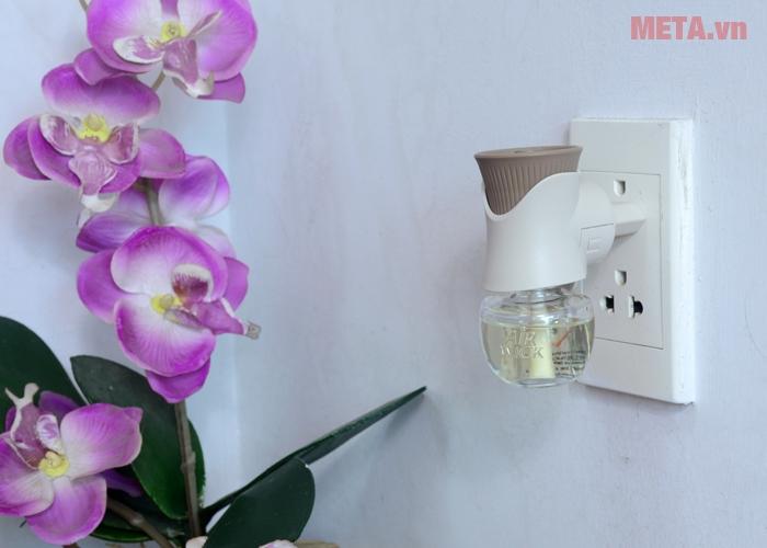 Cắm bộ tinh dầu cắm điện Airwick Aroma Oil Diffuser vào nguồn điện sử dụng