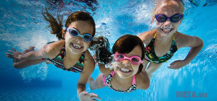 Có nên đeo mắt kính bơi khi tham gia các hoạt động vui chơi với nước?