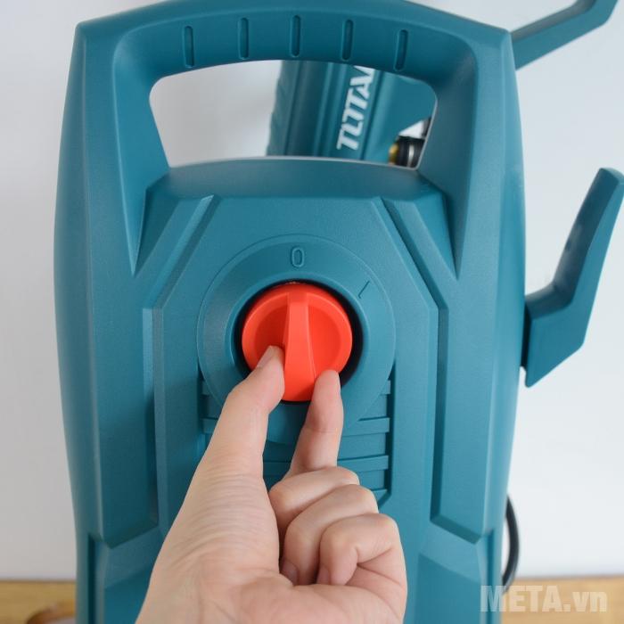 Công tắc được bố trí ở mặt trước của máy rửa xe gia đình