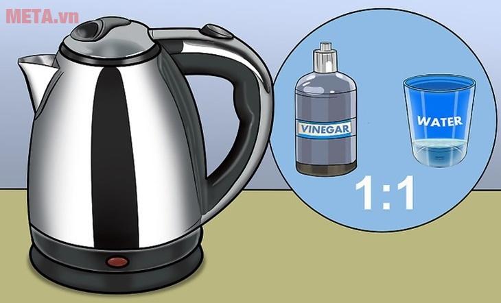 Sử dụng giấm ăn và nước để loại bỏ các mảng bám trên ấm siêu tốc