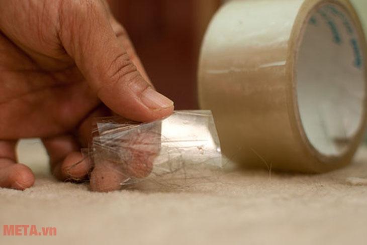 Gỡ bỏ những vật bám trên chăn mền như chỉ, tóc, những vật cứng... trước khi cho vào máy.