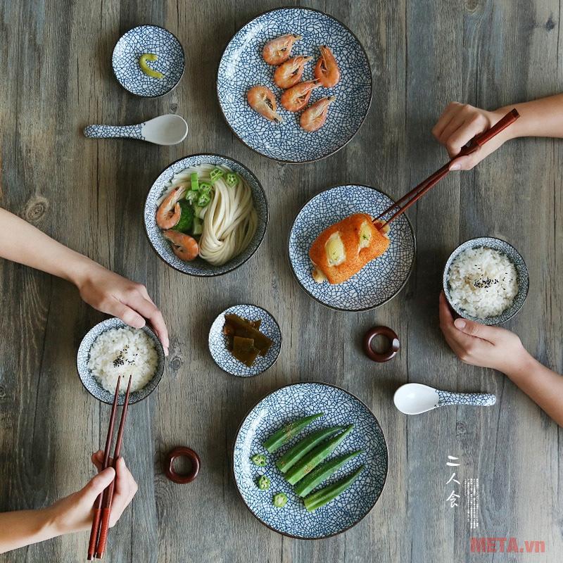 Dùng chén dĩa nhỏ, ăn chậm sẽ giảm năng lượng trong bữa ăn