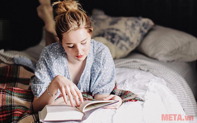 Khi rảnh bạn nên đọc sách chứ không nên đi mua thức ăn...