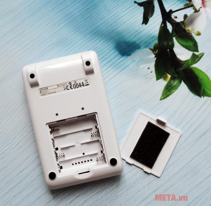 Máy đo huyết áp bắp tay Microlife BP A200 dễ dàng tháo lắp pin.