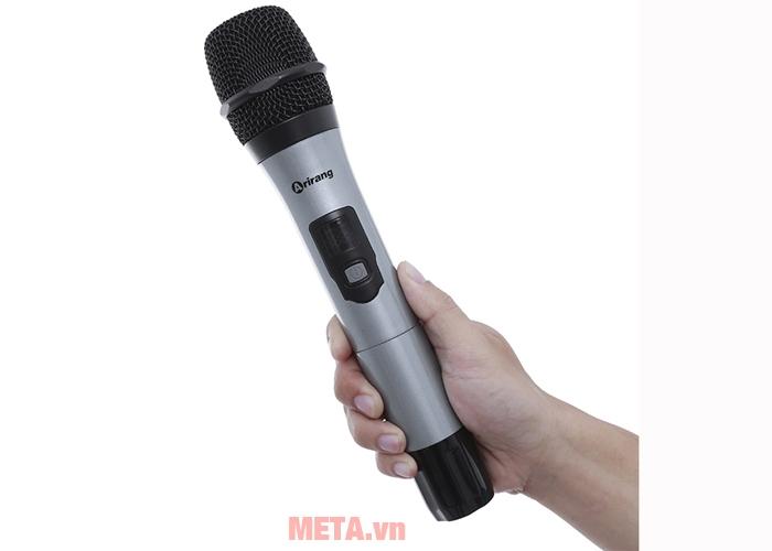 Loa được trang bị thêm 2 mic không dây
