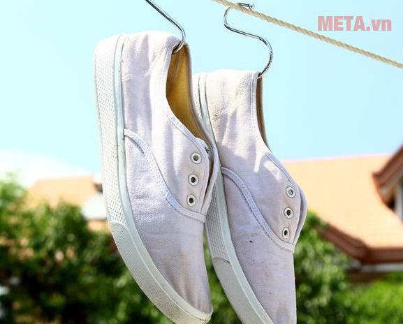 Phơi giày dưới nắng