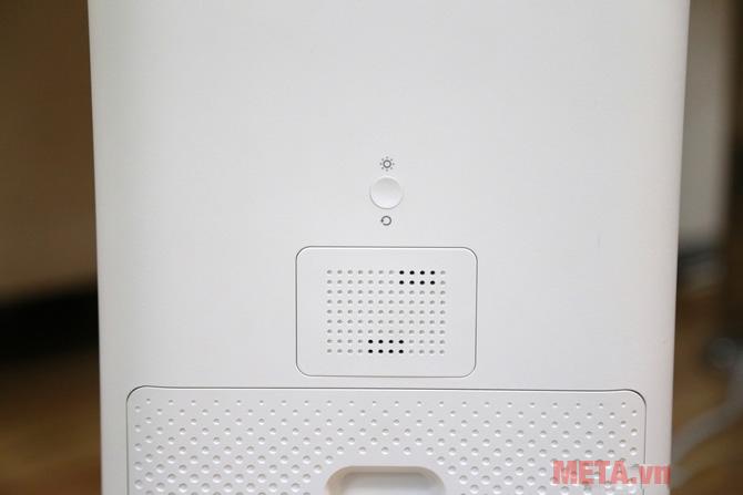 Một nút nhỏ phía mặt sau để bật đèn thông báo