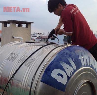 Vệ sinh bồn nước bằng máy rửa xe