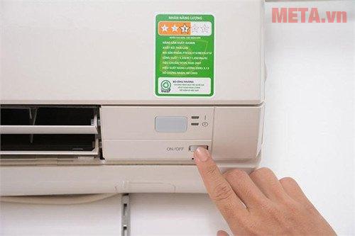 Bật nút nguồn trên tủ lạnh
