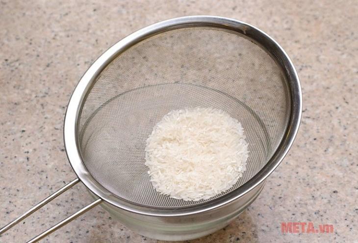 Vo gạo trước khi nấu cháo