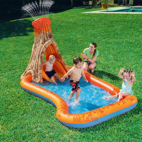 Bể bơi có vòi phun phía trên cho bé thích thú