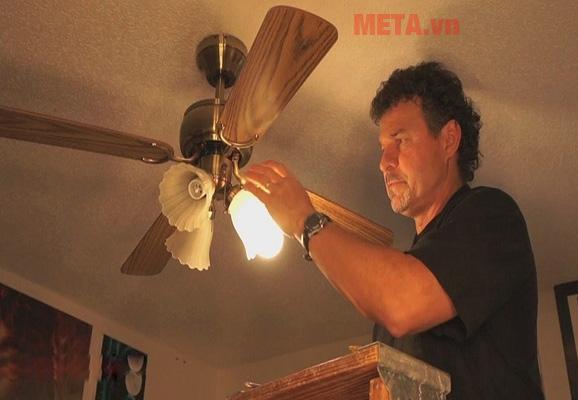 Đừng quên vệ sinh ốp đèn nếu quạt trần nhà bạn có đèn trang trí nhé.