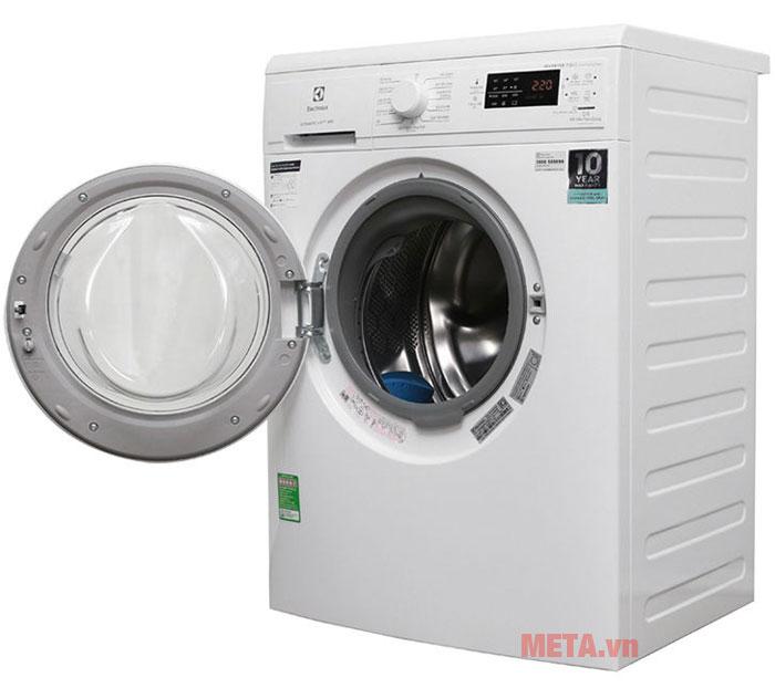 Cửa kính trong suốt giúp người dùng dễ dàng quan sát quá trình giặt