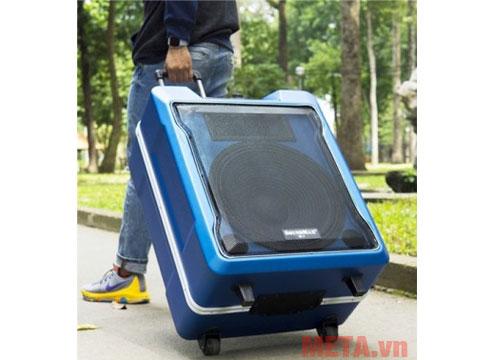 Nhờ các bánh xe nên người dùng có thể di chuyển chiếc loa 20kg này nhẹ nhàng