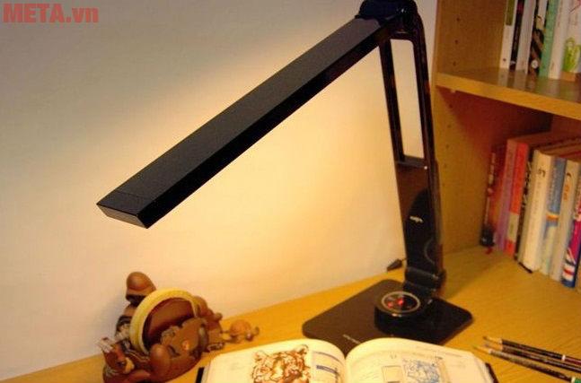 Sử dụng đèn học đúng cách cũng giảm thiểu cận thị cho học sinh tiểu học.