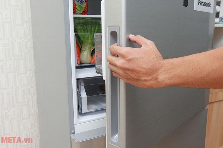 Mở cửa tủ lạnh