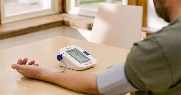 Ở nhà nên dùng loại máy đo huyết áp nào?