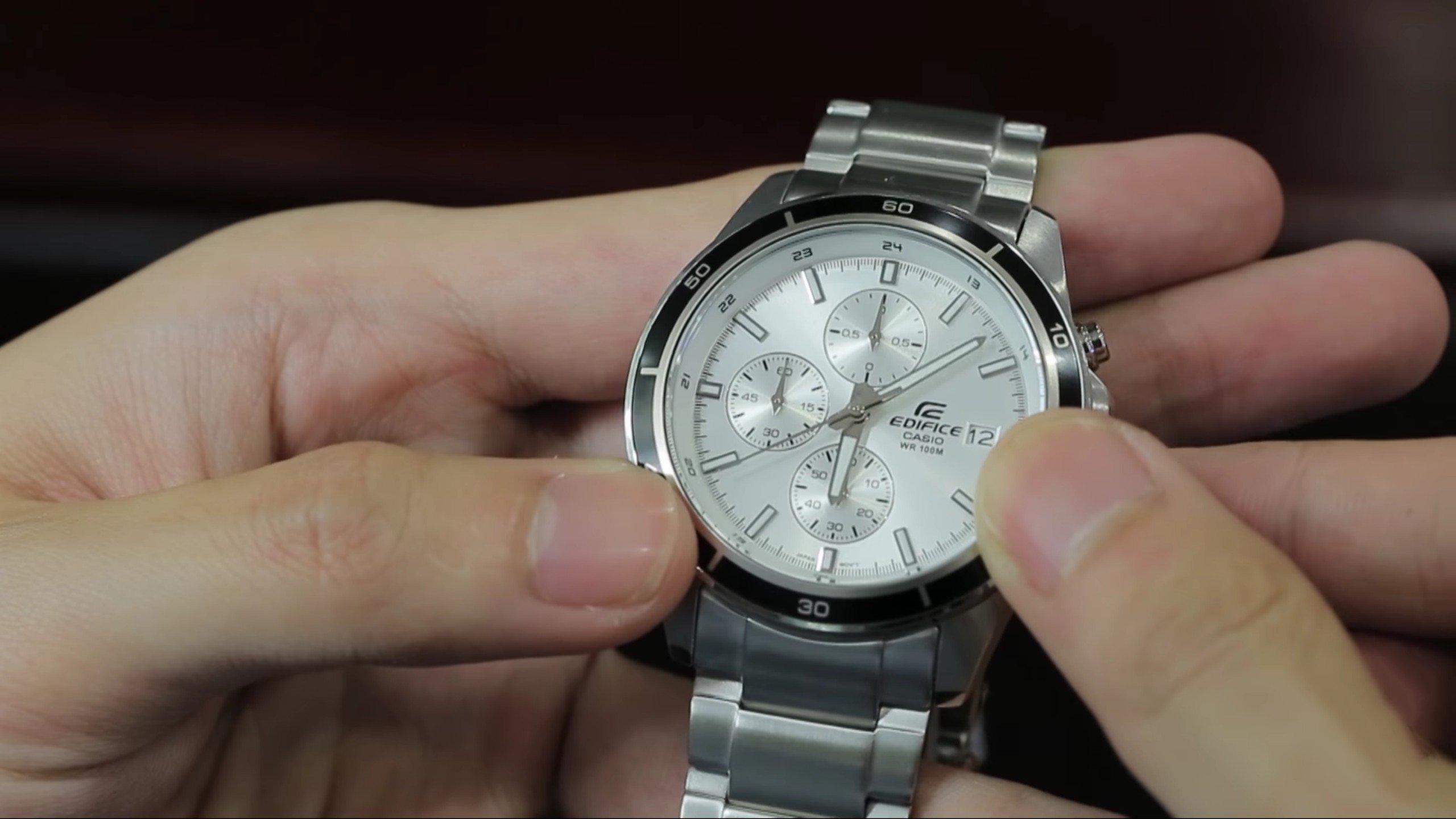 Vệ sinh để đồng hồ Casio Edifice luôn sáng bóng