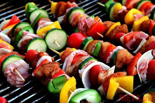Quá trình sơ chế thực phẩm, nấu nướng trong bếp sẽ phát sinh mùi dầu mỡ, khí gas, khói... làm không khí trong phòng không còn trong lành, dễ chịu.