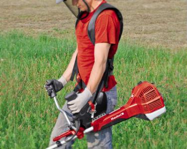 Máy cắt cỏ đeo vai thuận tiện tao tác trên nhiều diện tích khác nhau.