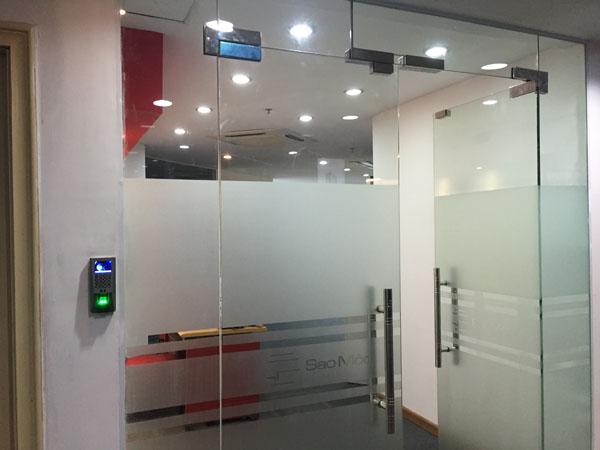 máy chấm công kiểm soát cửa ra vào