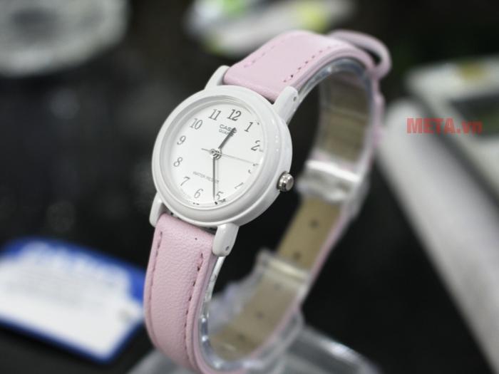 Đồng hồ kim nữ sử dụng chất liệu dây da bền