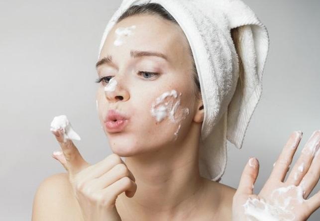 Cách rửa mặt đúng cách cho da mụn, da nhờn dầu - META.vn
