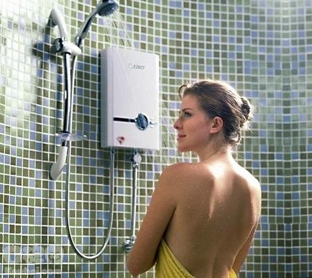 vừa tắm vừa bật bình nóng lạnh