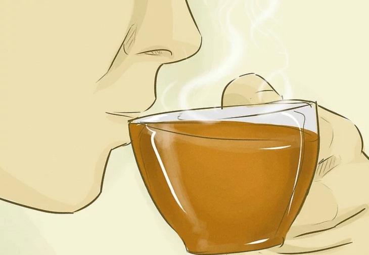 Uống trà thảo mộc hoặc nước nóng