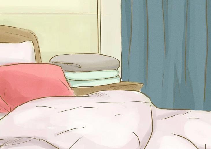 Xếp chăn màn gần khu vực ngủ