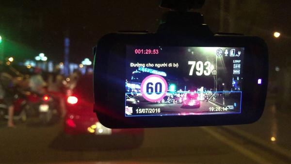 Camera hành trình giúp đọc biển báo, chấp hành luật giao thông