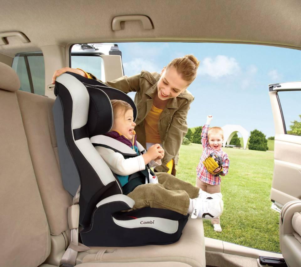 sử dụng ghế ngồi ô tô cho bé