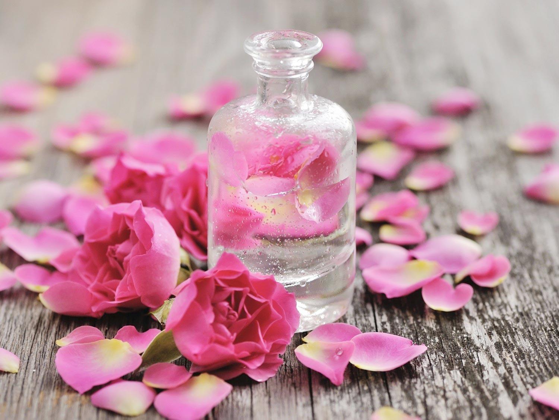 Trị bọng mắt bằng nước hoa hồng