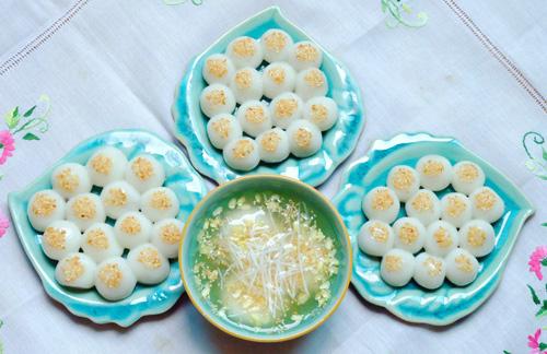 Bánh trôi, bánh chay được bày biện cẩn thận hình bông hoa