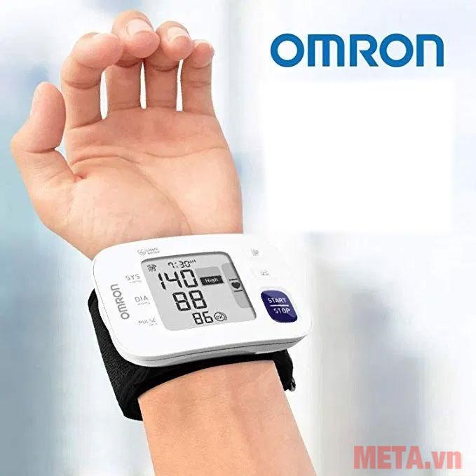 Hình ảnh sử dụng máy đo huyết áp cổ tay Omron HEM - 6181